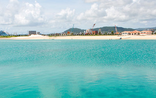 7月1日から一部供用開始される人工ビーチ。右側の建物は管理棟=29日午後、南ぬ浜町