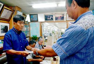 貨物輸送費の低減など10項目を要請する東迎館長(左)ら=6月30日午後、町長室
