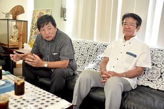 郡内の経済動向について述べる沖縄振興開発金融公庫の川上好久新理事長(左)と譜久山當則前理事長=12日午後、本社