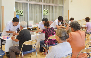 登野城・新川地区を対象に行われた集団健診=13日午後、市健康福祉センター