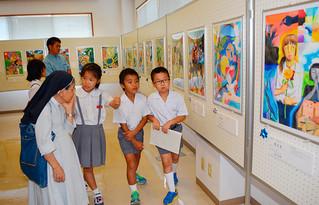 図画や作文、詩が展示されている第26回児童・生徒の平和メッセージ展=13日午前、八重山平和祈念館