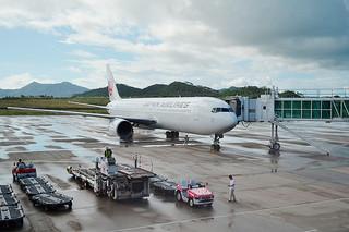 羽田ー石垣路線で運航するボーイング767ー300型機(2014年7月18日、南ぬ島石垣空港)