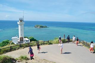 県内で唯一「恋する灯台」に認定された平久保崎灯台。観光スポットとしてにぎわいをみせている=14日午後