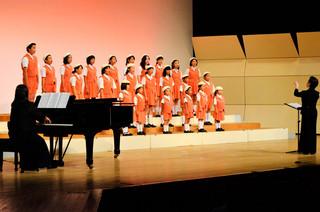 「えんどうの花」を合唱するいしがき少年少女合唱団の子どもたち=16日夕、石垣市民会館大ホール