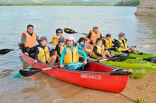 サマーキャンプでカヌー体験をするカブスカウトの隊員ら=16日午後、名蔵湾