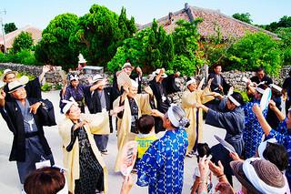 集落に戻った公民館役員や神司を「ガーリー」で出迎える住民ら=19日夕、竹富郵便局前
