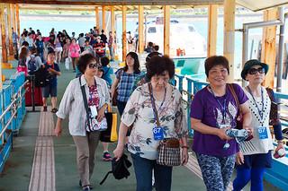 沖泊まりのゴールデンプリンセスからテンダーボートで石垣島に上陸する乗客ら=5月7日午後、石垣港離島ターミナル