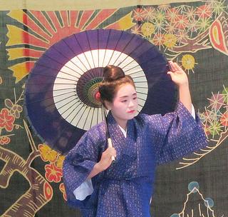 「日傘」を踊る中学生の田島吟さん=17日、町保健センターホール