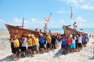 黒島公民館の豊年祭。豊穣への願い「ユー」が詰まった船を陸上に引き揚げる「ユー揚げ」=24日午後、宮里海岸