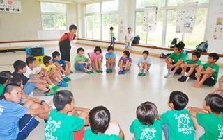 互いの地域やヤマネコのことについて質問し、親睦を深める佐須奈小の児童と西表ヤマネコクラブのメンバーら=27日午後、上原小ランチルーム