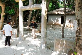 「ポケモンGO」でアイテムをゲットする場所に設定されている御嶽。氏子らがロープを張り巡らせる措置をとった=28日午前、川平