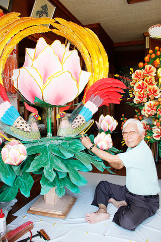 41年ぶりに里帰りした登野城字会の「雉子牡丹」。製作者の新城弘志さんが修復した=29日午前、登野城の新城さん宅