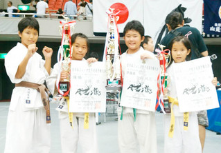 全日本ジュニア空手道選手権大会に出場した大道、當銘、翁長、桐生(左から)=(極真会館石垣道場提供写真)