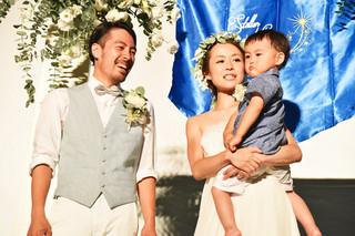 星空ウエディングで永遠の愛を誓った高畠海さんと妻の梓さん。右は息子の譲君(右から)=6日夜、南ぬ浜町緑地公園