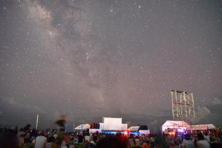 石垣島の夜空に輝く星がイベントに訪れた人々を魅了した=6日午後8時47分撮影、南ぬ浜町緑地公園