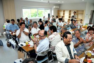 伊土名集落の入植60周年と伊土名公民館の落成を祝う地域住民と関係者ら=7日午後、同公民館