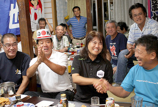 新城幸也のゴールを祝福する両親の貞美さん(中左)とるみ子さん(同右)=7日午前4時15分ごろ、登野城の新城さん宅