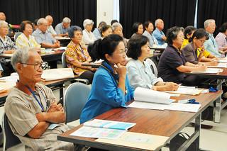 1人暮らしの高齢者を見守る訪問支援活動について学ぶ八重山地区老人クラブ連合会の会員ら=8日午前、八重山合同庁舎