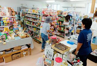 7月から始まった日用品輸送費補助事業では、住民に値下げを実感してもらうことが課題となっている=7月12日、比川地域共同売店