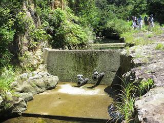 水量が減り、せきを越流できていない相良川水源地=4日午前(竹富町水道課提供写真)