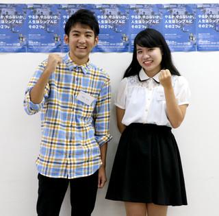 第8期Ryukyufrogs選抜学生に選ばれた島尻優楓さん(右)と平得永大君=10日午前、県庁