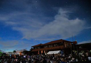 竹富島ふれあい星まつりの星空観望会で、雲間からのぞく星々を楽しむ=11日夜、竹富小中学校運動場