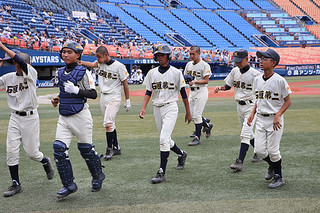 試合終了後、ベンチに戻る二中ナイン=16日午前、横浜スタジアム