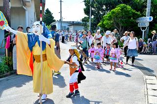 ミルクを先頭に祭り会場に向かう東組の道サネー=16日午前、波照間島