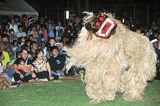 大浜公民館の「イタシキバラ」で披露された大浜獅子・棒保存会の勇壮な獅子舞=18日夜、崎原公園