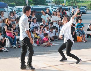 クリエーション・ダンスバトルでパフォーマンスを披露する参加者たち=21日午後、マックスバリュやいま店