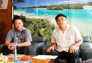「島人ぬ宝探し」への応募を呼び掛けるBEGINの比嘉栄昇さん(右)と中山義隆市長=24日午前、市長室