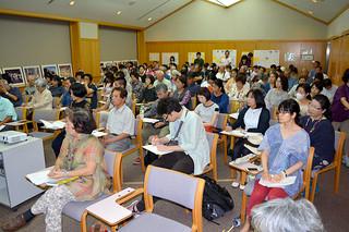 100人余が参加した市立図書館の第2回連続講座「八重山の祭祀と民俗」=28日午後、同館視聴覚室