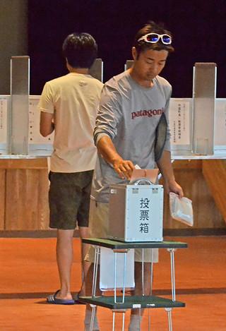 新人か現職か。町長選の1票を投じる有権者=28日午前、中野わいわいホール