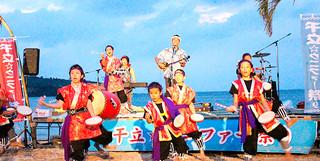 地域のバンドが出演しにぎわった「第20回砂浜芸能祭」=8月28日、干立