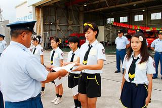 慶田城消防長から一日救急隊長の交付を受けるAED48isgのメンバー17人=5日夕、市消防本部第2倉庫前