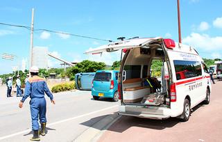 出動要請を受け、現場へ到着する救急車両=5日、県道208号線