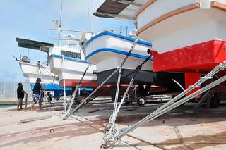 台風16号の接近に備え、係留された船が並ぶ新栄町の船揚場=15日午前