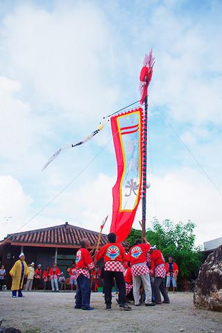 十五夜祭(ジュングヤー)で旗頭を揚げる東支会のメンバーら=15日、あいのた会館前庭