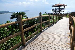 ことし8月1日から供用されている西表西部のうなり崎公園。新たに整備された木道と展望台=9月4日午後、西表島