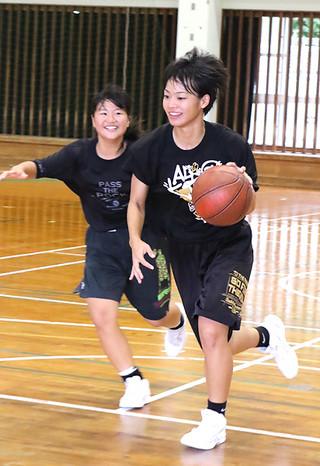 3年生が引退するなか国体に向けて練習に励む大底鈴奈=18日午前、八重高体育館