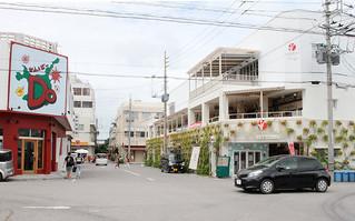 石垣市がオープンカフェの社会実験を予定する美崎町=21日午後