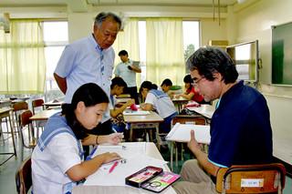 放課後の地域未来塾で学校教育支援員から教わる生徒=23日夕、石垣第二中学校多目的室