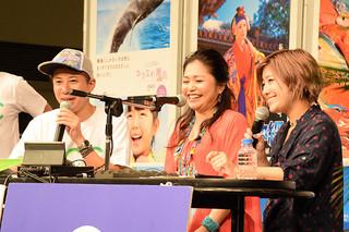 公開生放送のラジオ番組にゲスト出演した夏川りみさん(写真中央)=19日、横浜市西区みなとみらい