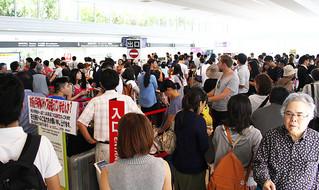 予約を変更しようと訪れた人たちで混雑する石垣空港内=26日正午