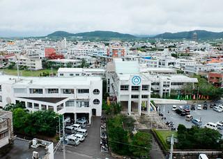 市街地の中心地に位置する市役所(写真中央)。市は本年度で幅広く市民の意見やアイデアを吸い上げることにしている=2016年1月6日撮影