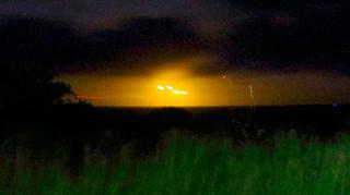 久宇良の西方の水平線上で確認されたオレンジ色の光=9月29日午後8時すぎ(読者提供)