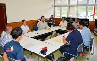 海底地形の活用や保護に関する課題などについて話し合う専門家ら=14日午前、与那国町構造改造センター