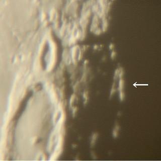 月面に浮かび上がる「A」の文字(NPO法人八重山星の会提供)
