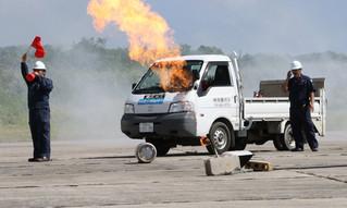 配送車が横転しLPガスの容器が燃えるという想定で行われた緊急措置訓練=21日午前、市消防本部
