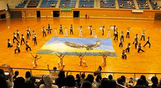 4団体が出演したドレスリハーサルで、石垣第二のエンディングの様子=22日夕、市総合体育館